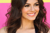 Victoria-justice-hair-and-makeup-for-brunette-hair-and-ivory-skin-side